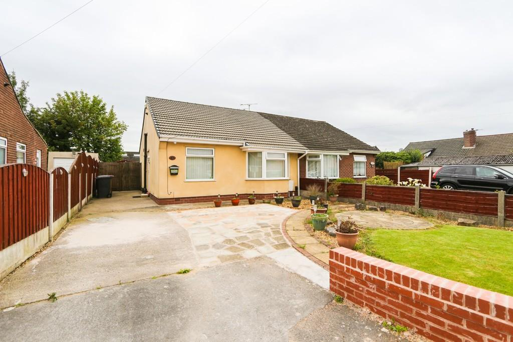2 Bedrooms Semi Detached Bungalow for sale in Woodlands Avenue, Irlam