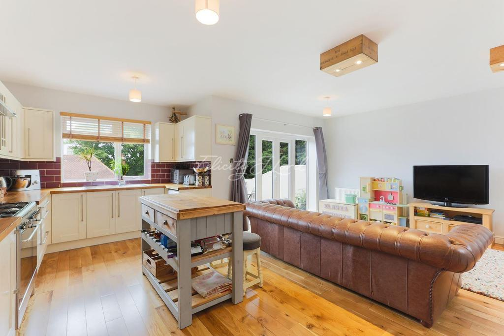4 Bedrooms Semi Detached House for sale in Wolfe Crescent, Charlton, SE7