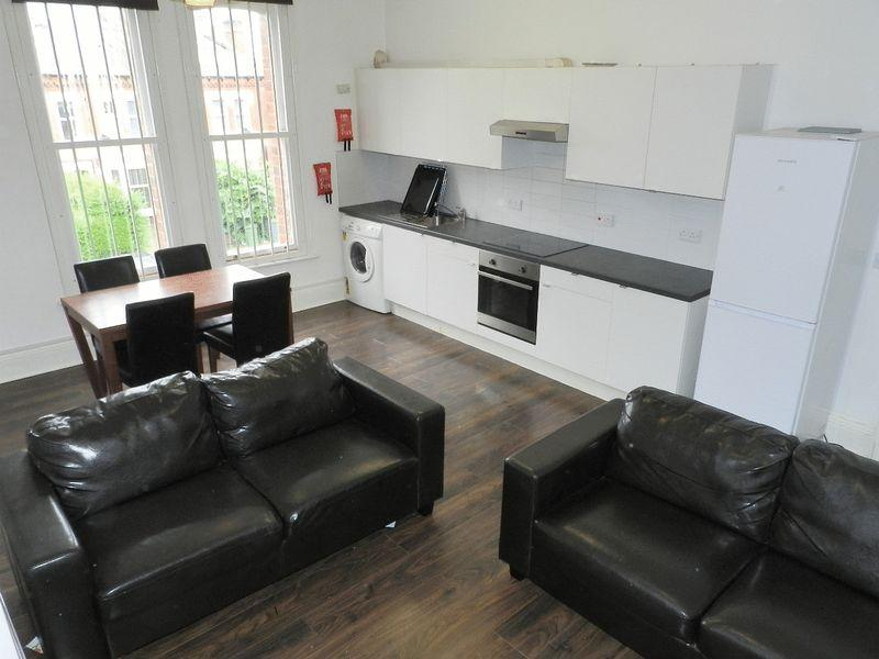4 Bedrooms Flat for rent in Clarendon Road, Leeds