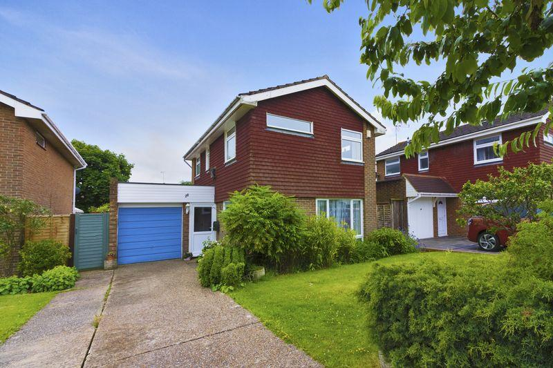 3 Bedrooms Detached House for sale in Bannister Gardens, Pulborough