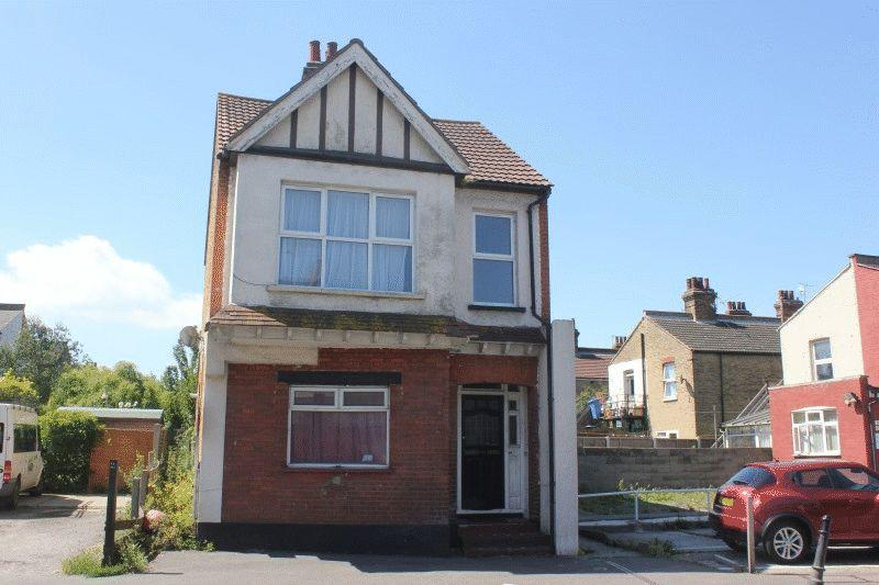 2 Bedrooms Ground Flat for sale in London Road, Westcliff-On-Sea