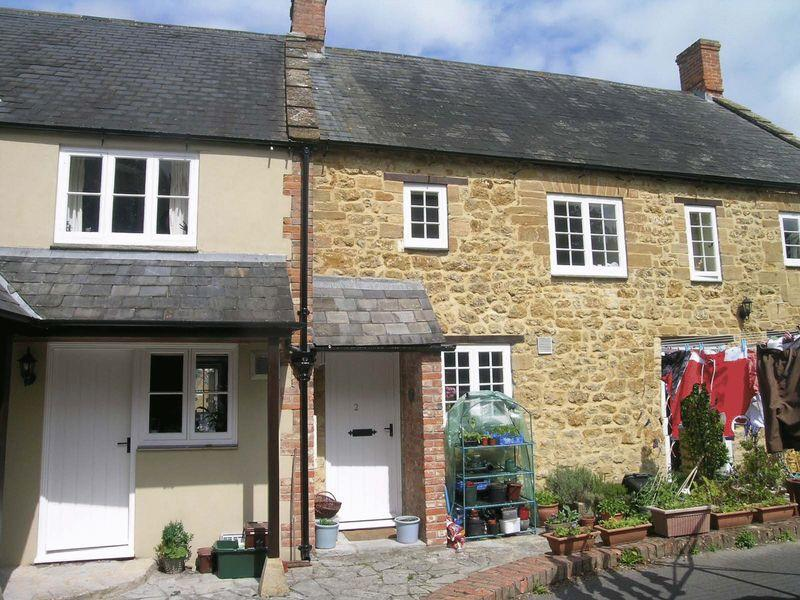 2 Bedrooms Cottage House for rent in The Cressy, Ilminster