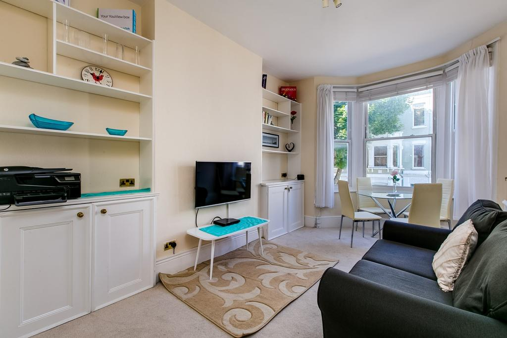 2 Bedrooms Flat for sale in Waldemar Avenue, London