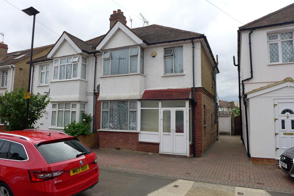 3 Bedrooms Semi Detached House for sale in Helen Avenue, Feltham