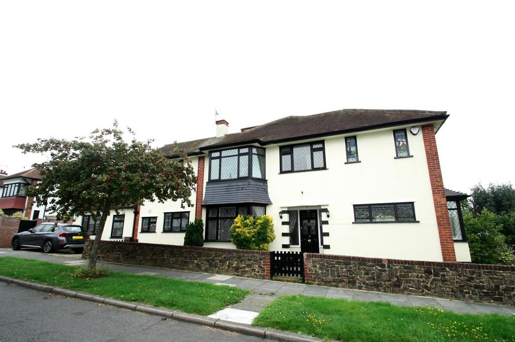 4 Bedrooms Semi Detached House for sale in Cottesmore Gardens, Leigh-On-Sea