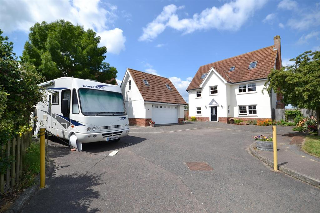 5 Bedrooms Detached House for sale in St. Peters Field, Burnham-on-Crouch