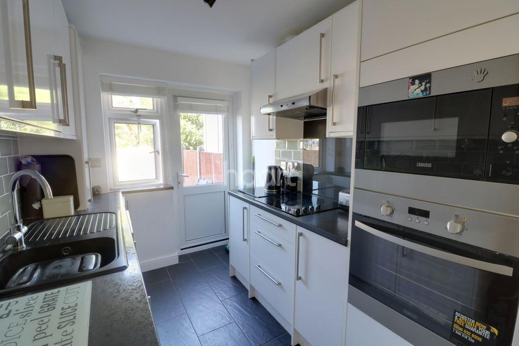 2 Bedrooms Flat for sale in Canford Close, The Ridgeway, Enfield, EN2
