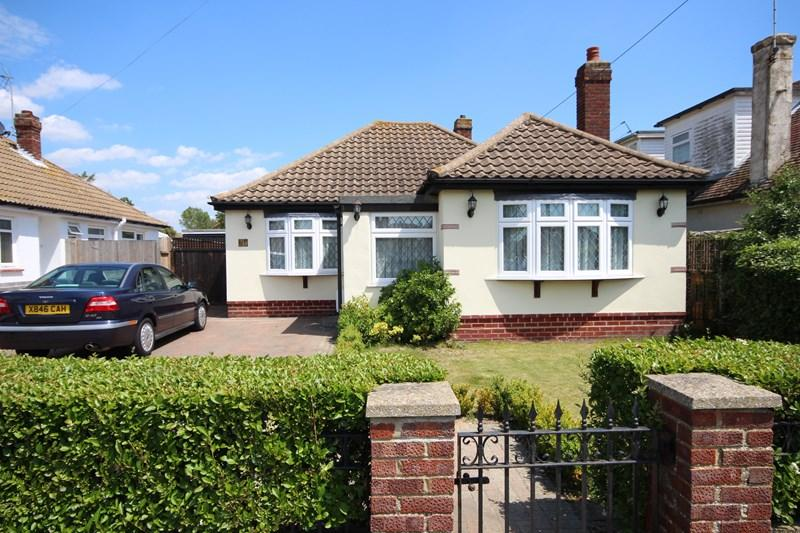 2 Bedrooms Detached Bungalow for sale in Spenser Way, Clacton-On-Sea
