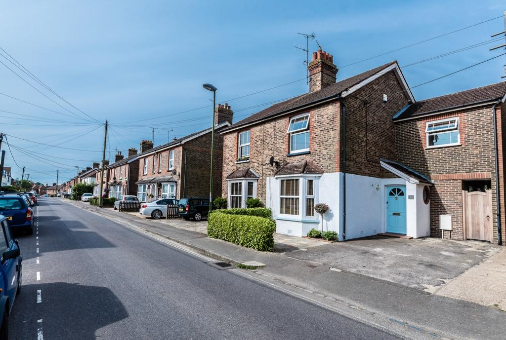 2 Bedrooms House for sale in Gower Road, Haywards Heath, RH16