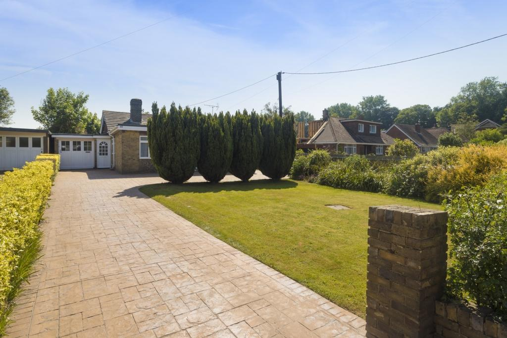 3 Bedrooms Bungalow for sale in Coach Road, Acrise, CT18