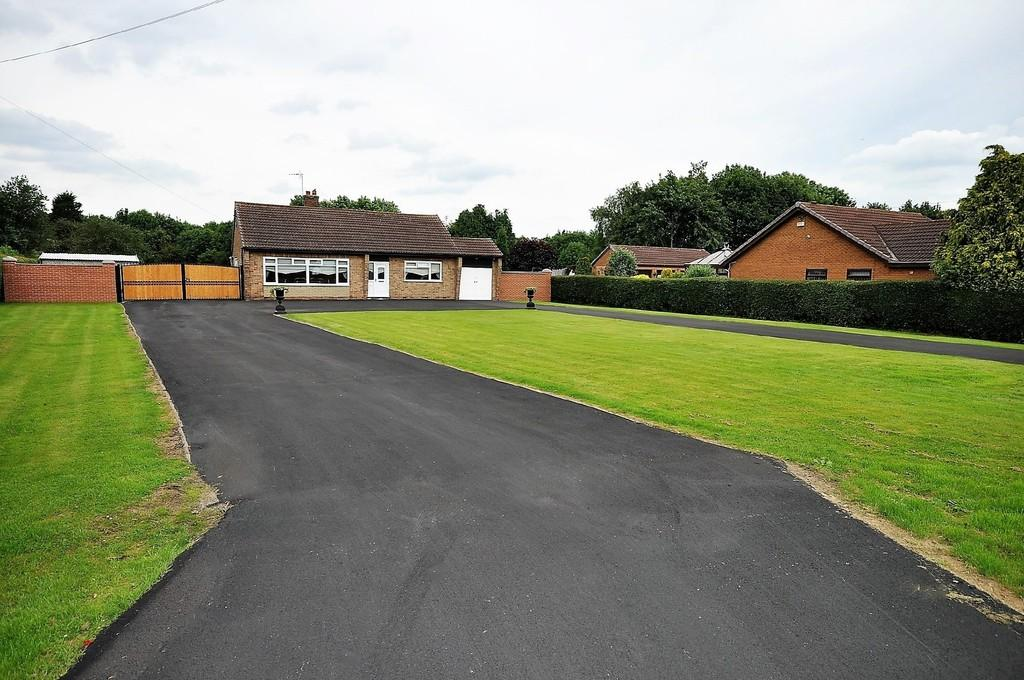 3 Bedrooms Detached Bungalow for sale in Kirton Lane, Thorne, Doncaster