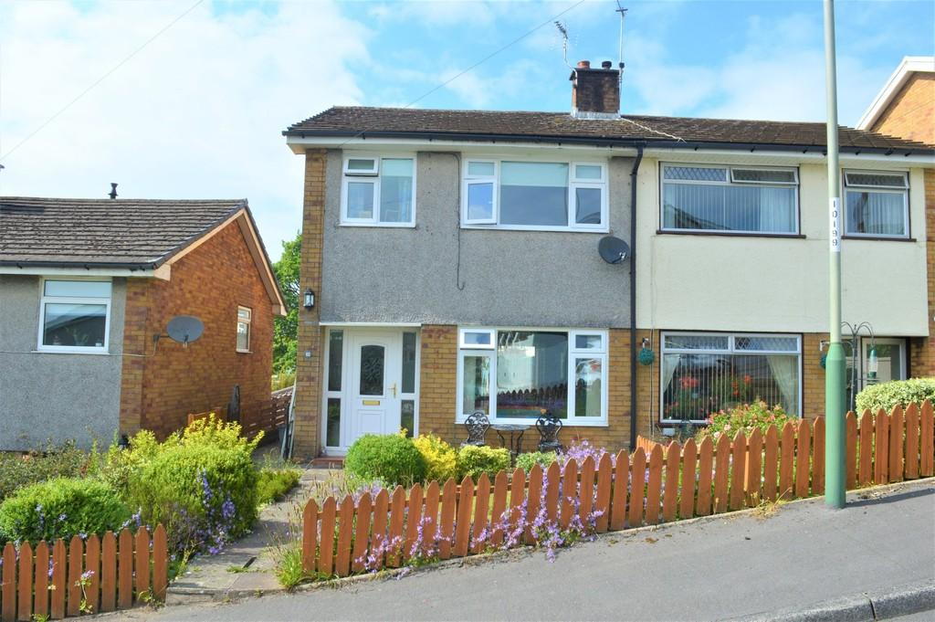 3 Bedrooms Semi Detached House for sale in Meadow Close, Pengam