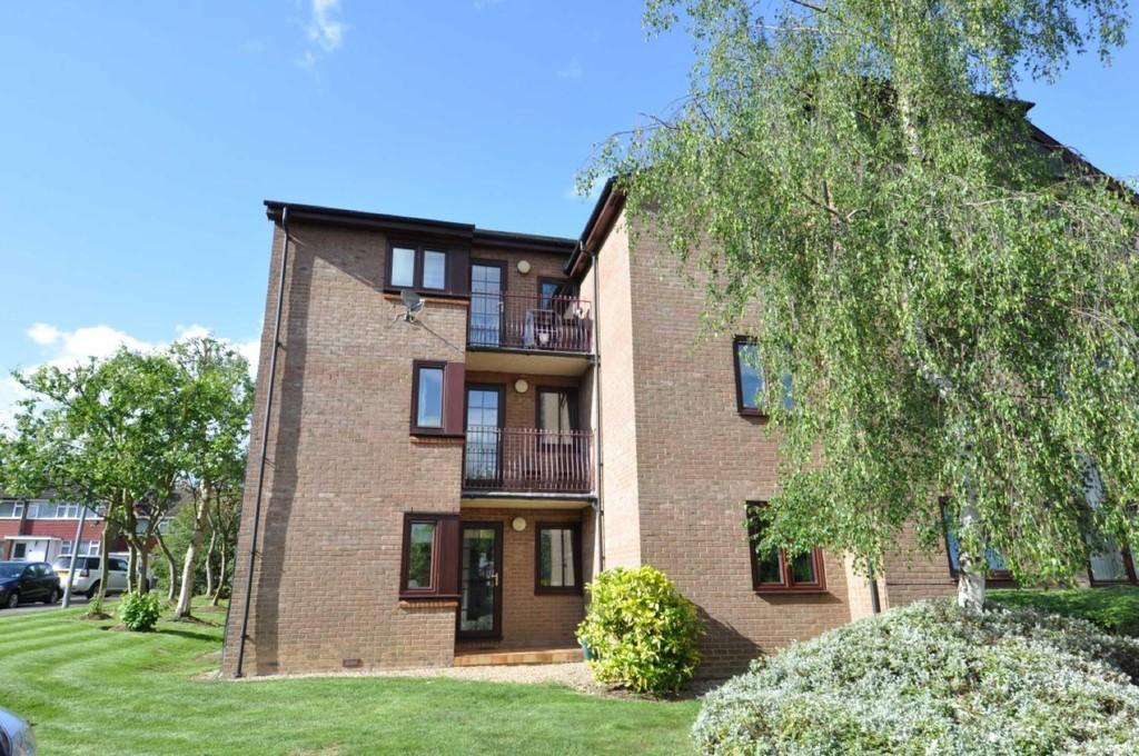 2 Bedrooms Flat for sale in Cedar Close, Buckhurst Hill
