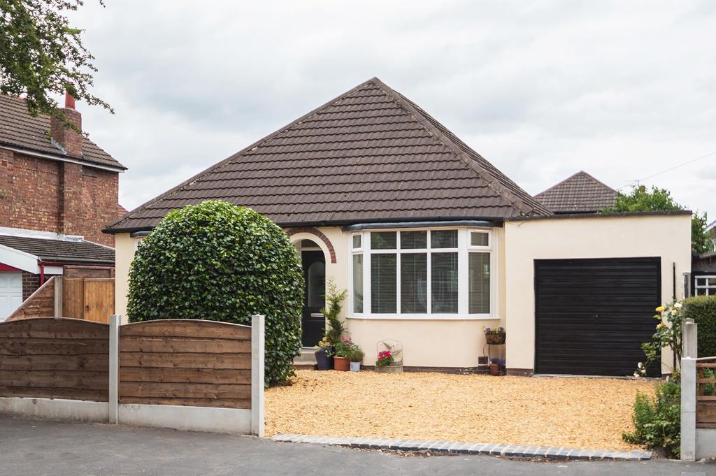 3 Bedrooms Detached Bungalow for sale in Cornhill Road, Urmston, Manchester, M41