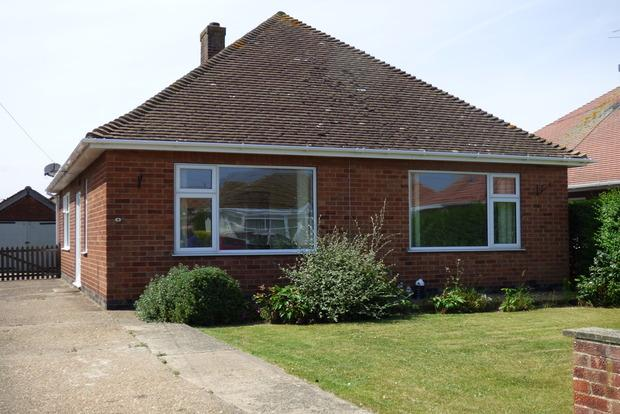 2 Bedrooms Bungalow for sale in Queens Drive, Skegness, PE25