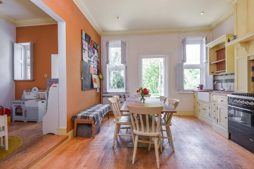 5 Bedrooms Semi Detached House for sale in Glenluce Road, London, SE3