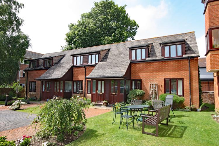 2 Bedrooms Flat for sale in Courtlands, New Street, Lymington SO41