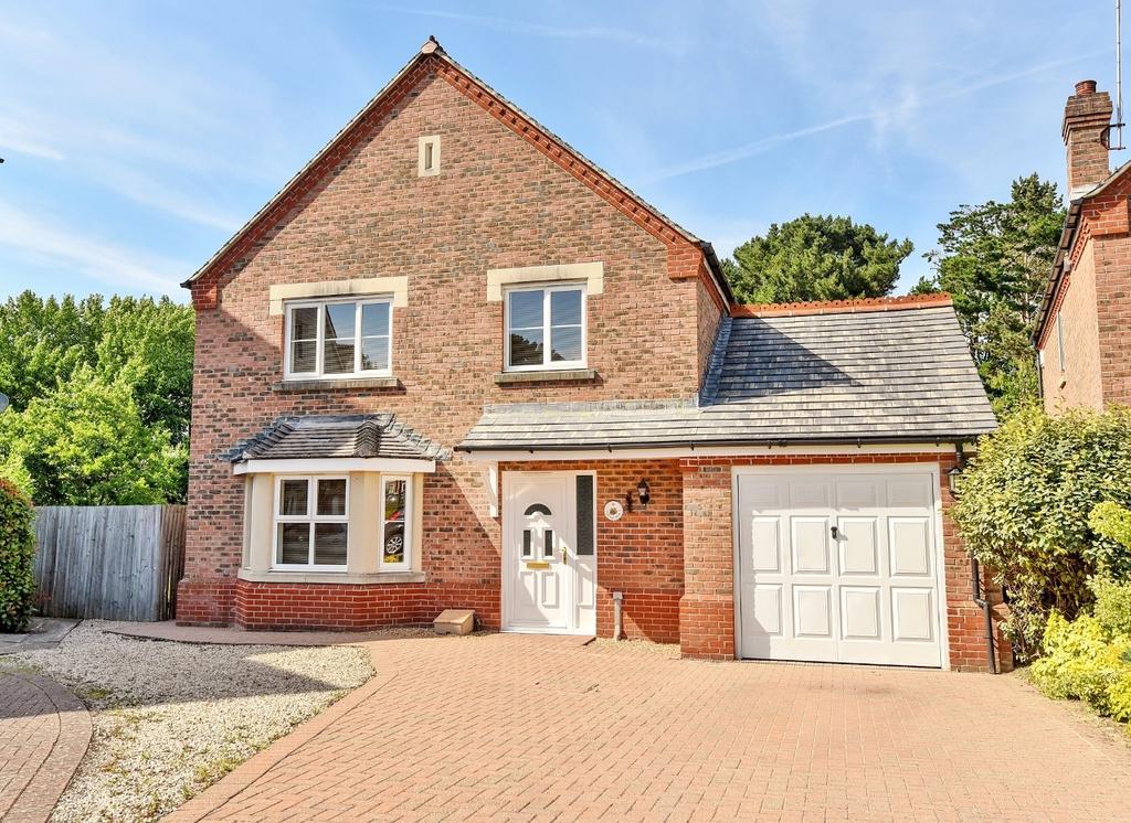 4 Bedrooms Detached House for sale in Deer Way, Horsham, RH12