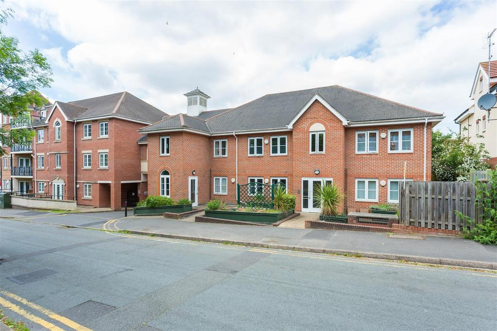 2 Bedrooms Flat for sale in Coningsby Road, High Wycombe