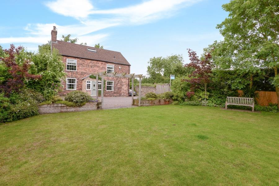 5 Bedrooms Detached House for sale in YORK ROAD, BURTON SALMON, LS25 5JW
