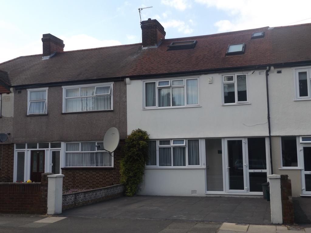 4 Bedrooms Terraced House for sale in Victoria Road CR4