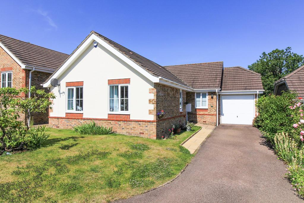 3 Bedrooms Detached Bungalow for sale in Linden Gardens, Heathfield
