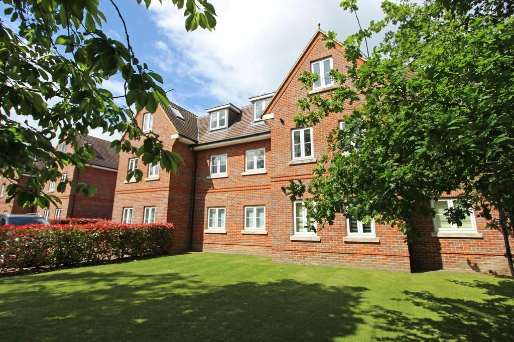 2 Bedrooms Apartment Flat for sale in Hurley Close, Banstead