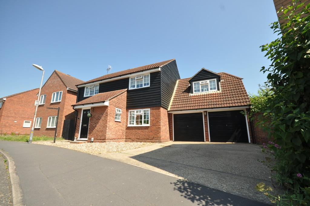 4 Bedrooms Detached House for sale in Roach Vale, Colchester