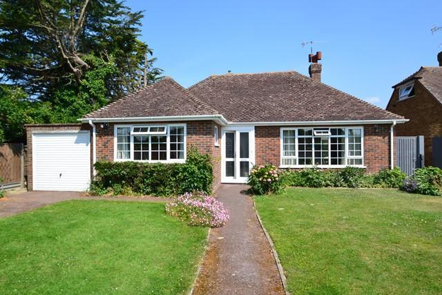 2 Bedrooms Detached Bungalow for sale in Sark Gardens, Ferring, West Sussex, BN12 5QB