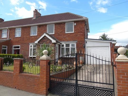 3 Bedrooms Town House for sale in 27 Hawthorne Crescent, Dodworth, Barnsley, S75 3JY