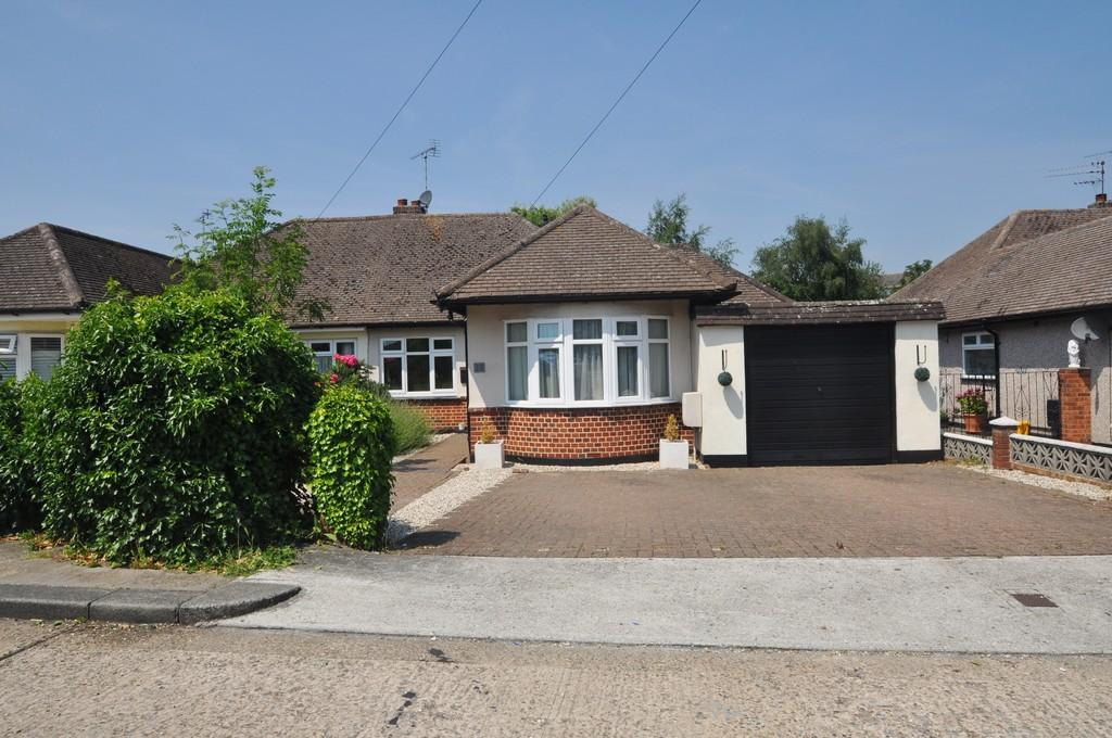 2 Bedrooms Semi Detached Bungalow for sale in Wood End Close, Thundersley