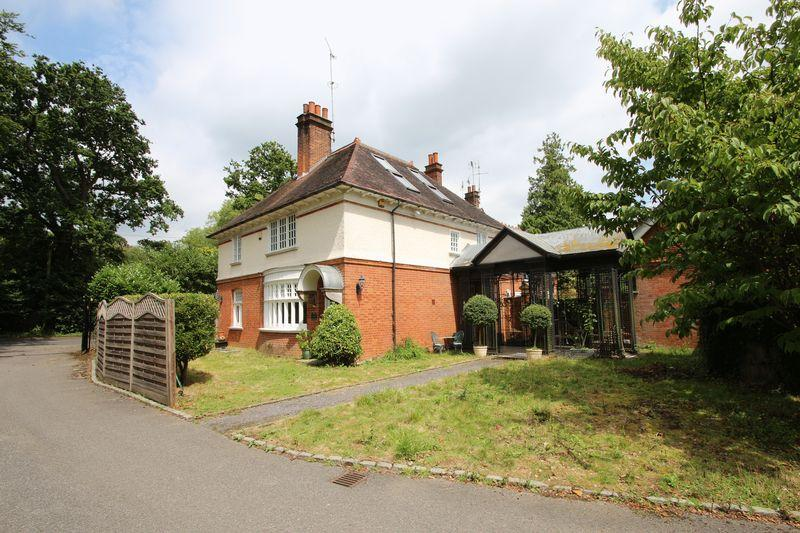 4 Bedrooms Detached House for sale in Elmbridge Road, Cranleigh