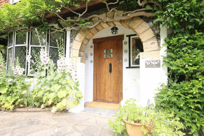 5 Bedrooms Detached House for sale in The Green, Epsom