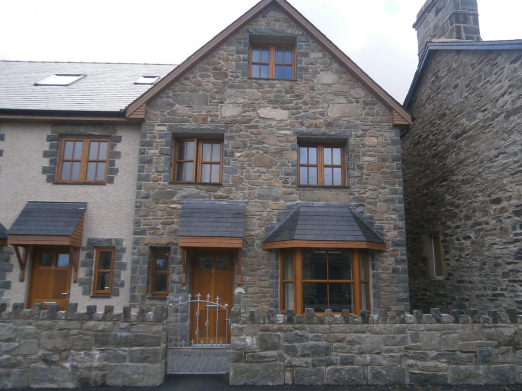 4 Bedrooms Village House for sale in 5 Plas Newydd, Llanbedr. LL45 2LE