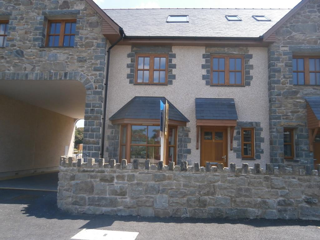 4 Bedrooms Village House for sale in 6 Plas Newydd, Llanbedr LL45 2LE
