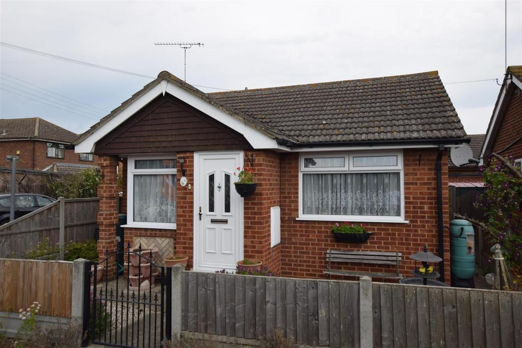 1 Bedroom Detached Bungalow for sale in Barnards Avenue, Canvey Island
