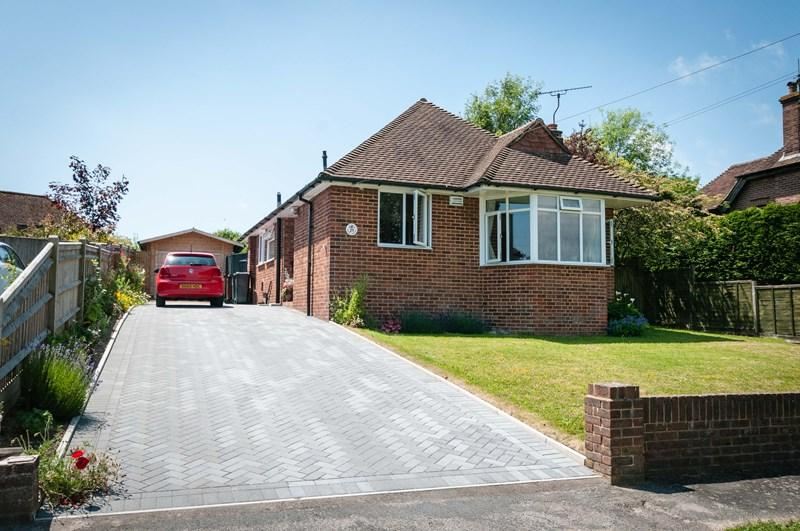 2 Bedrooms Detached Bungalow for sale in Highlands Avenue, Ridgewood, Uckfield