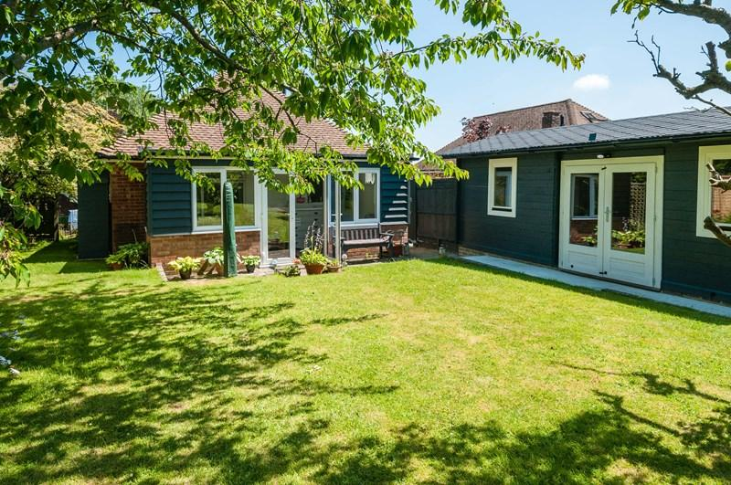 2 Bedrooms Detached Bungalow for sale in Highlands Avenue, Ridgewood, Uckfield