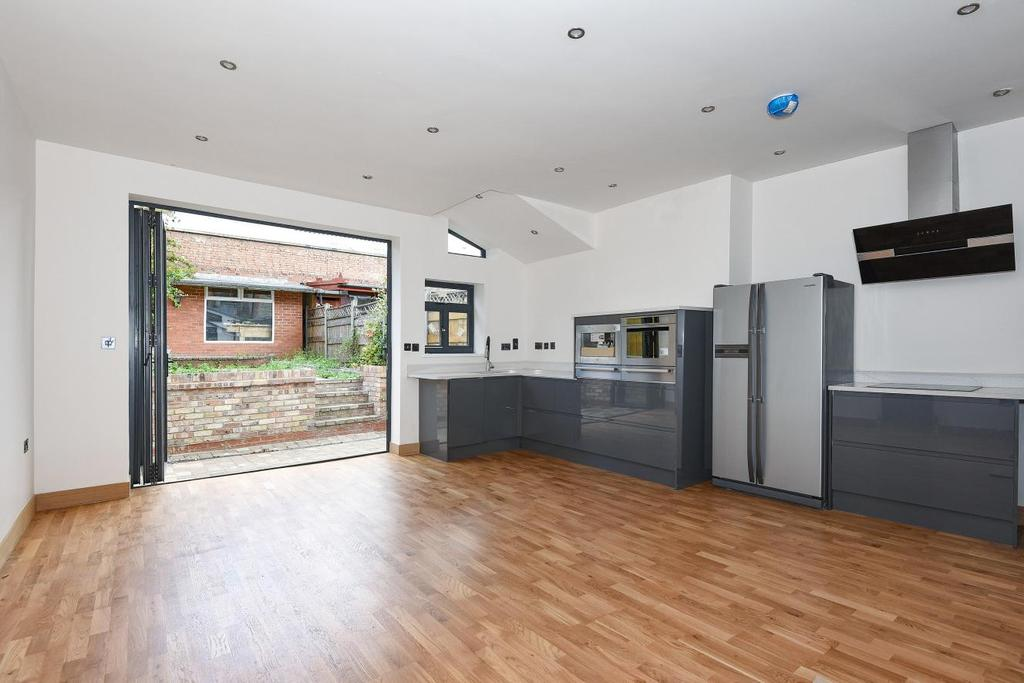 3 Bedrooms Flat for sale in Colney Hatch Lane, London, N11