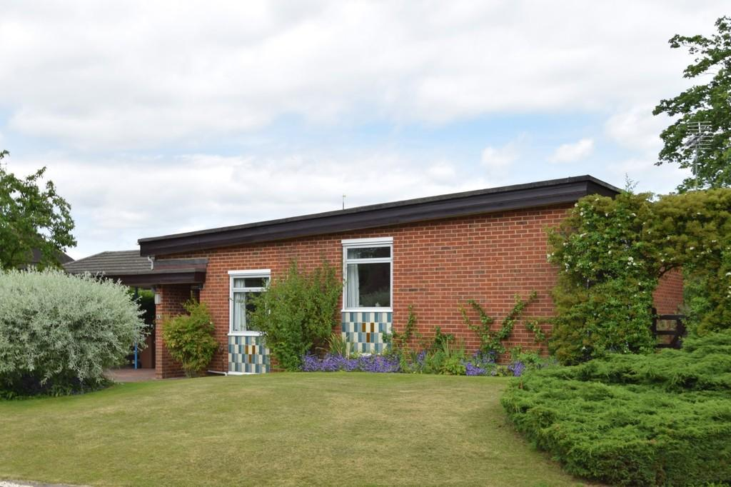 3 Bedrooms Detached Bungalow for sale in The Paddock, Merrow, Guildford GU1 2RQ