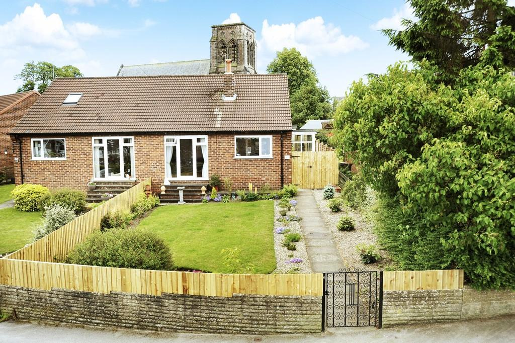 2 Bedrooms Semi Detached Bungalow for sale in Hill Top Close, Harrogate