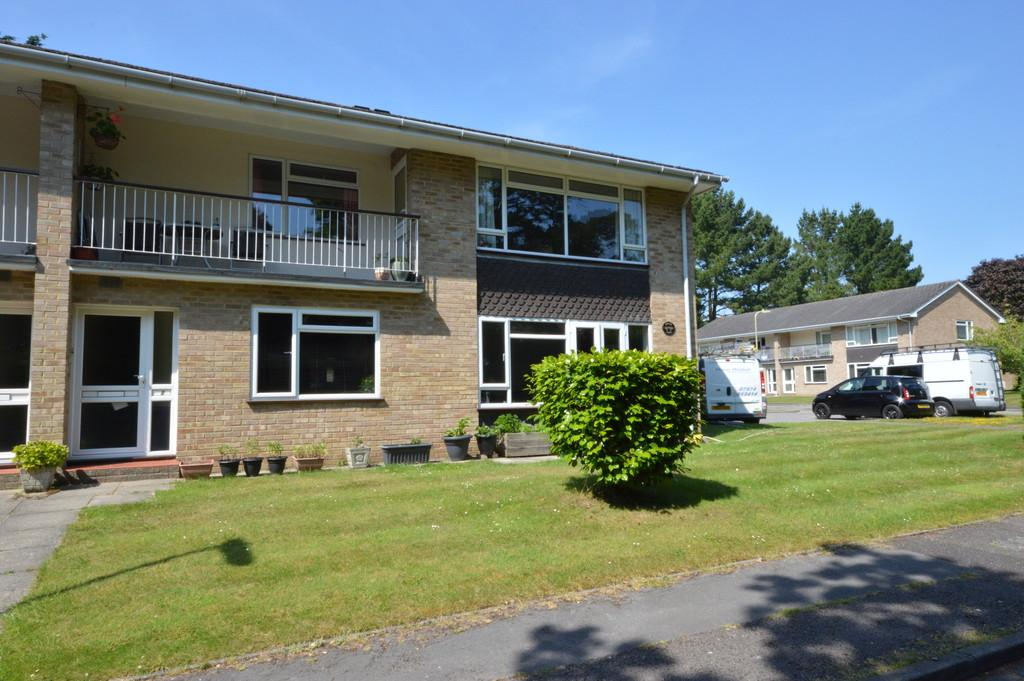 3 Bedrooms Ground Flat for sale in Violet Lane, New Milton