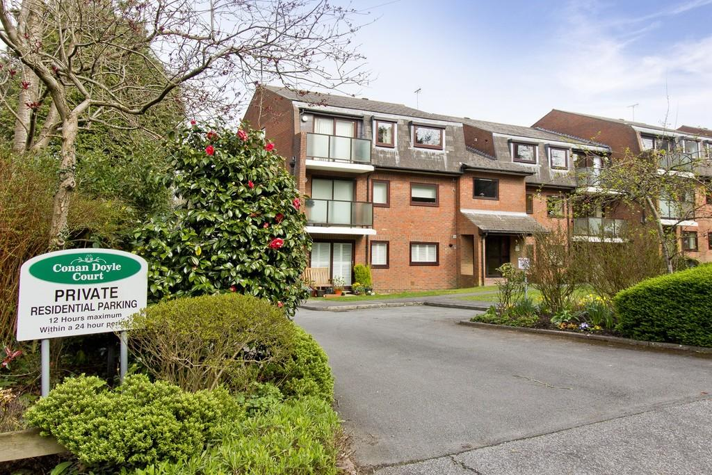 2 Bedrooms Ground Flat for sale in Goldsmiths Avenue, Crowborough