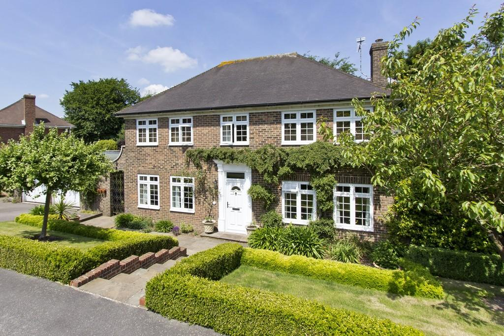 4 Bedrooms Detached House for sale in Highlands Close, Crowborough