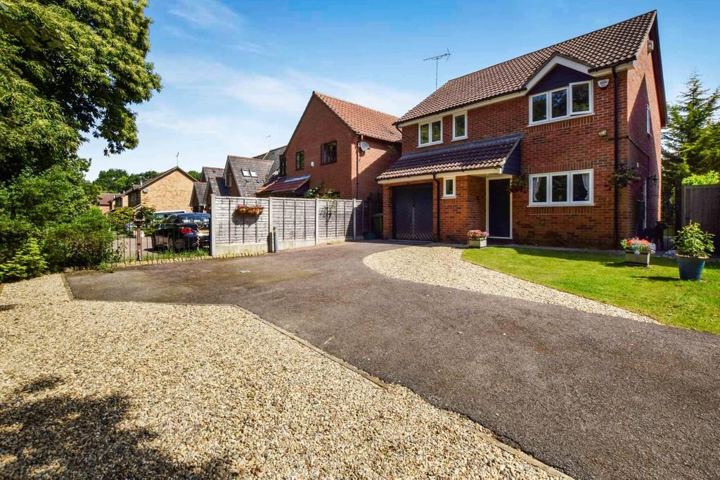4 Bedrooms Detached House for sale in Pampas Close, Colchester, CO4 9ST