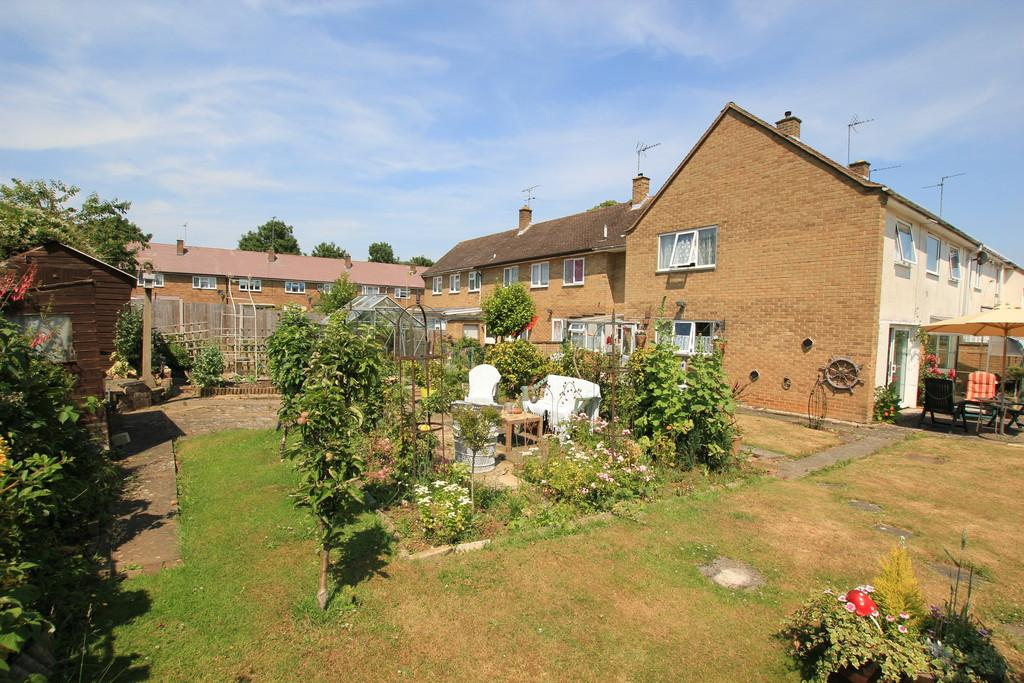 5 Bedrooms Terraced House for sale in Oundle Court, Stevenage