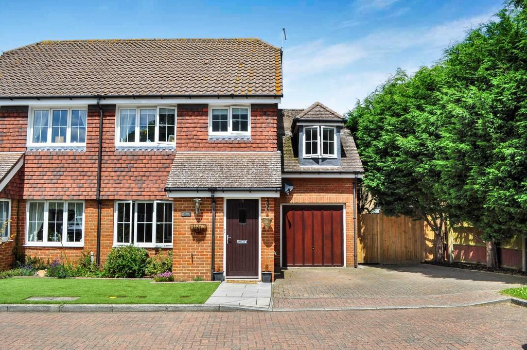 3 Bedrooms Semi Detached House for sale in The Tithe, Ifield Green