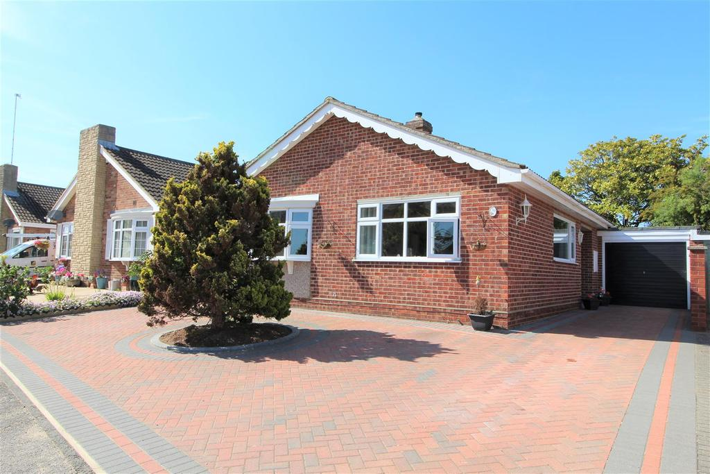 2 Bedrooms Detached Bungalow for sale in Nightingale Way, Clacton-On-Sea