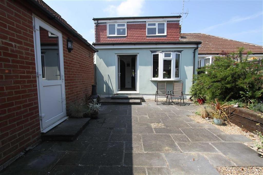 3 Bedrooms Semi Detached Bungalow for sale in Kings Way, Billericay