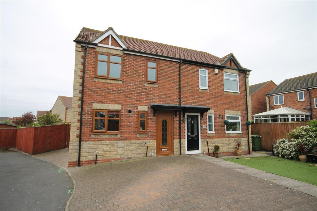 3 Bedrooms Semi Detached House for sale in Intrepid Close, Seaton Carew, Hartlepool